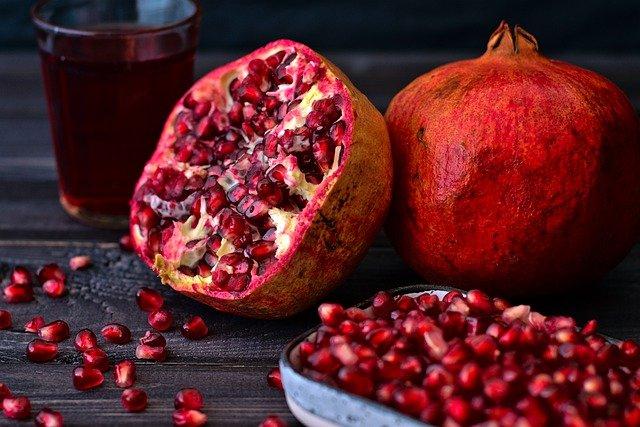 Granatapfel und frisches Obst kann gegen Viren helfen
